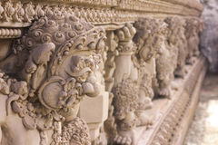 Escultura gigante fora do templo imagens de stock