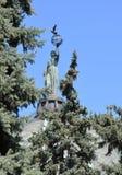 escultura hermosa con un planeta y un p?jaro a disposici?n en la b?veda de un edificio antiguo en el fondo de las ramas de la pic imagenes de archivo