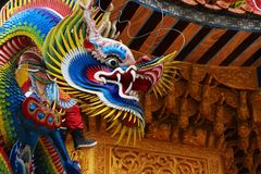 Escultura hermosa y colorida de un dragón Foto de archivo