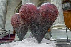 A escultura icónica do gêmeo 6' corações Fotos de Stock Royalty Free