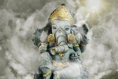 Escultura indiana com a máscara de gás cercada pela poluição atmosférica tóxica Fotografia de Stock