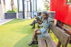 A escultura leu o livro Foto de Stock Royalty Free