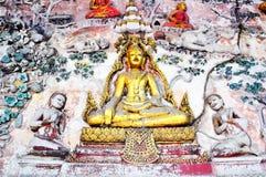 Escultura Lord Buddha na parede Fotos de Stock