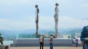 Escultura móvil moderna de Nino y de Ali en Batumi, símbolo del amor, timelapse almacen de video