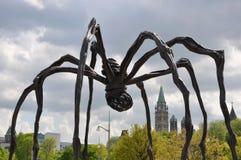 Escultura Maman y el parlamento en Ottawa Imágenes de archivo libres de regalías