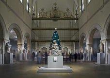 Escultura medieval Pasillo durante la estación de la Navidad dentro del museo metropolitano de NYC imagen de archivo