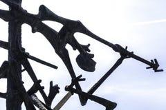 Escultura memorável de Dachau inspirada por corpos macilentos dos prisioneiros e das cercas do arame farpado DACHAU, ALEMANHA foto de stock royalty free