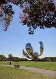 Escultura metálica de Floralis Generica situada en la plaza de las Naciones Unidas, Avenida Figueroa Alcorta, del Autono Fotos de archivo