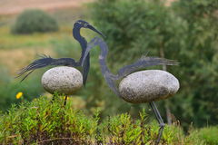 Escultura moderna de dos figuras de los pájaros Foto de archivo libre de regalías