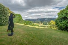 Escultura moderna que negligencia a paisagem, castelo de Powis, Gales foto de stock royalty free