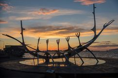 Escultura moderna que se asemeja a Viking Long Ship, viajero del metal de The Sun en Reykjavik Imágenes de archivo libres de regalías