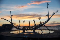 Escultura moderna que se asemeja a Viking Long Ship, viajero del metal de The Sun en Reykjavik Fotografía de archivo