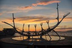 Escultura moderna que se asemeja a Viking Long Ship, viajero del metal de The Sun en Reykjavik Foto de archivo libre de regalías