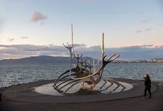 Escultura moderna que se asemeja a Viking Long Ship, viajero del metal de The Sun en Reykjavik Fotos de archivo
