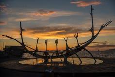 Escultura moderna que se asemeja a Viking Long Ship, viajero del metal de The Sun en Reykjavik Fotos de archivo libres de regalías