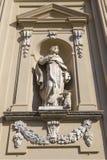 Escultura na ameia da igreja da fachada do convento dominiquense velho Imagem de Stock