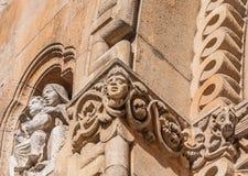 A escultura na fachada da igreja de Jak é uma capela católica de funcionamento em Budapest Foto de Stock
