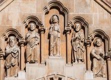 Escultura na fachada da igreja de Jak no parque da cidade de Budapest Foto de Stock
