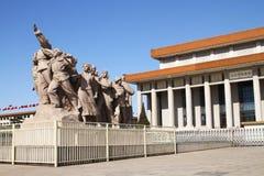 Escultura na frente do mausoléu de Mao imagens de stock