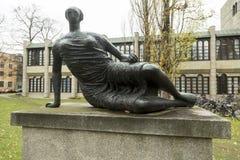 Escultura na frente do Neu Pinakothek em Munich, Alemanha imagens de stock royalty free