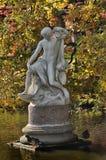 A escultura na lagoa ao lado do palácio chinês Fotos de Stock Royalty Free
