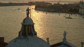 A escultura na parte superior da catedral de San Giorgio Maggiore a noite Veneza vídeos de arquivo