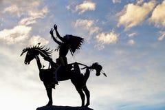 Escultura nativa mostrada em silhueta em Osoyoos, Columbia Britânica, Canadá imagem de stock royalty free