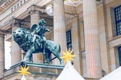 escultura Neue Kirche, también Dom de Deutscher en Berlín, Alemania Foto de archivo