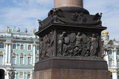 A escultura no suporte de Alexander Column erigiu 1830's no quadrado do palácio fotografia de stock royalty free