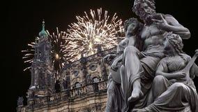 Escultura no terraço e no Hofkirche de Bruhl ou catedral dos fogos-de-artifício da trindade santamente e do feriado - igreja barr video estoque