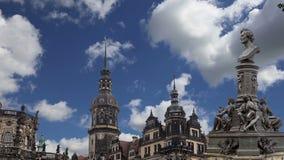Escultura no terraço e no Hofkirche de Bruhl ou catedral da trindade santamente - igreja barroco em Dresden, Sachsen, Alemanha video estoque