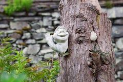 Escultura original em um tronco de árvore imagem de stock