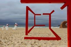Escultura por el mar - espejismo fotos de archivo