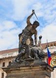 Escultura por la puerta del castillo de Praga Fotografía de archivo