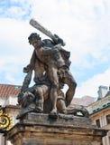 Escultura por la puerta del castillo de Praga Foto de archivo