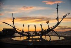 Escultura que se asemeja a Viking Long Ship, viajero del metal de The Sun en el puerto de Reykjavik Fotos de archivo