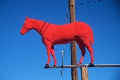 Escultura roja del caballo Imágenes de archivo libres de regalías