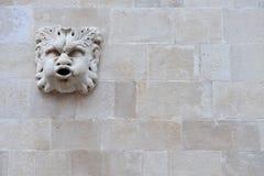 Escultura romana na parede de tijolo Fotografia de Stock Royalty Free