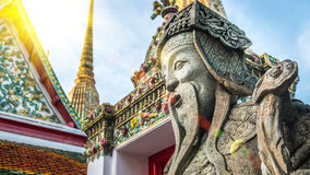 Escultura Tailandés-china de piedra del estilo y arquitectura tailandesa del arte en el templo de Wat Phra Chetupon Vimolmangklar Imagenes de archivo
