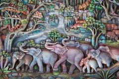 Escultura tailandesa da tradição na parede do templo. imagens de stock