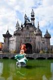 Escultura torcida de la sirena en Dismaland Imágenes de archivo libres de regalías