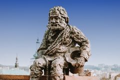 Escultura uma varredura de chaminé no telhado da casa das legendas em Lviv, Ucrânia Lvov é a cidade a mais atrativa para turistas fotografia de stock