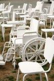 escultura vazia de 185 cadeiras do branco em Christchurch Nova Zelândia foto de stock
