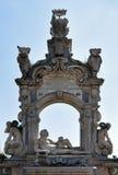 Escultura y arco, orilla del mar Posillipo, Nápoles, Italia de Neptuno Imágenes de archivo libres de regalías