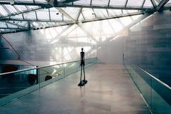 Escultura y arquitectura moderna en el edificio del este del Na Fotos de archivo