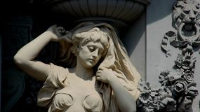 Escultura y Art Young Woman With Flowers imagen de archivo