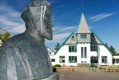 Escultura y casa en Reykjavik, Islandia Fotografía de archivo