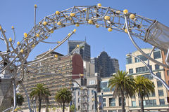 Escultura y edificios céntricos de San Francisco Imagen de archivo