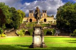 Escultura y el palacio del naranjal (Orangerieschloss) en el parque Sanssouci en Potsdam fotos de archivo