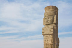 Escultura y nubes de Toltec Foto de archivo libre de regalías